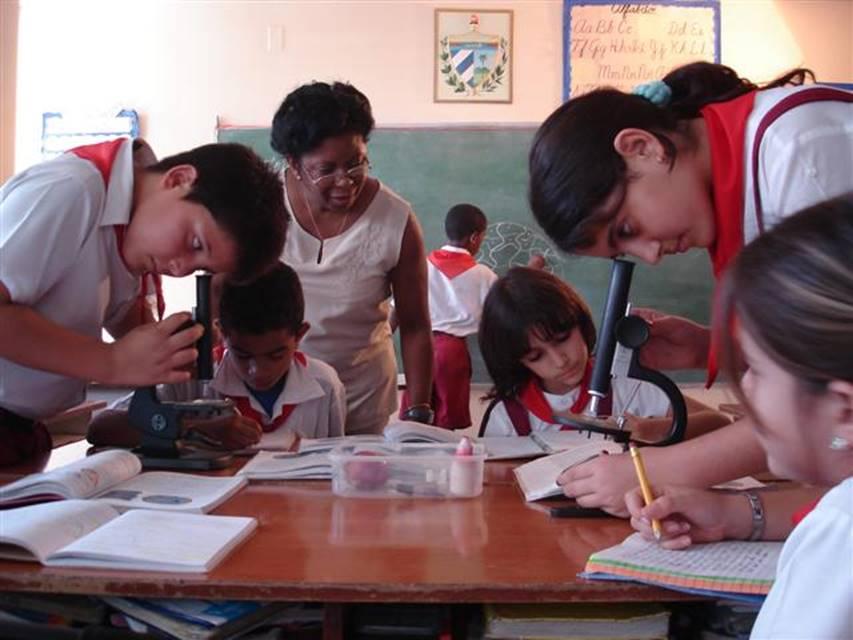 Felicita Ministra de Educación a los maestros cubanos en su día