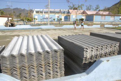 Tejas de fibroasfalto para su entrega a quienes recibieron afectaciones totales o parciales de techo